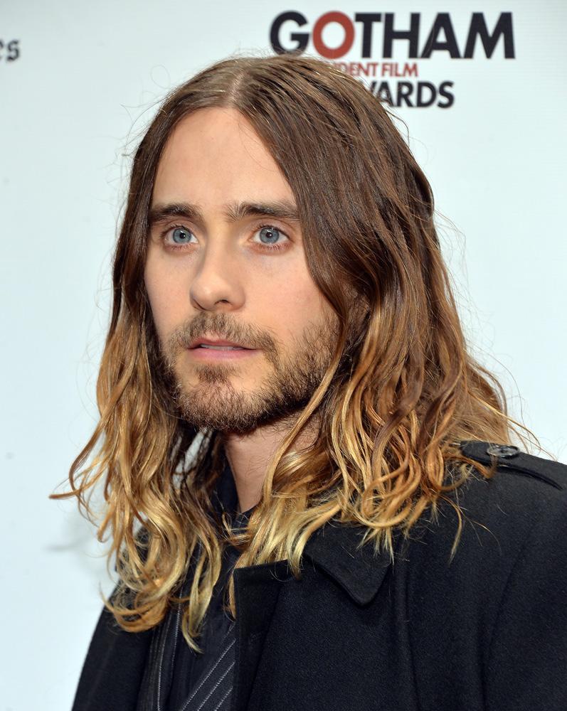 Cantante uomo coi capelli lunghi
